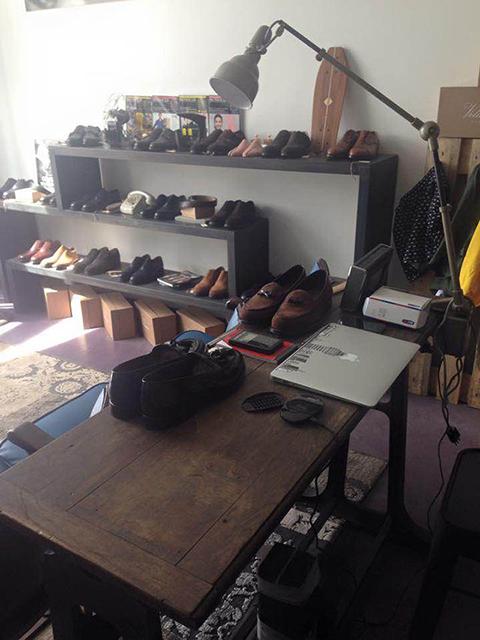 IMG_Consolle-con-piedi-industriali-e-lampada-Lumina;-boutique-di-calzature-Velasca