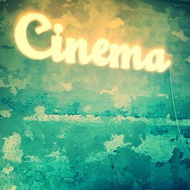 IMG_Scritta-luminosa-'Cinema';-sala-di-un-cliente