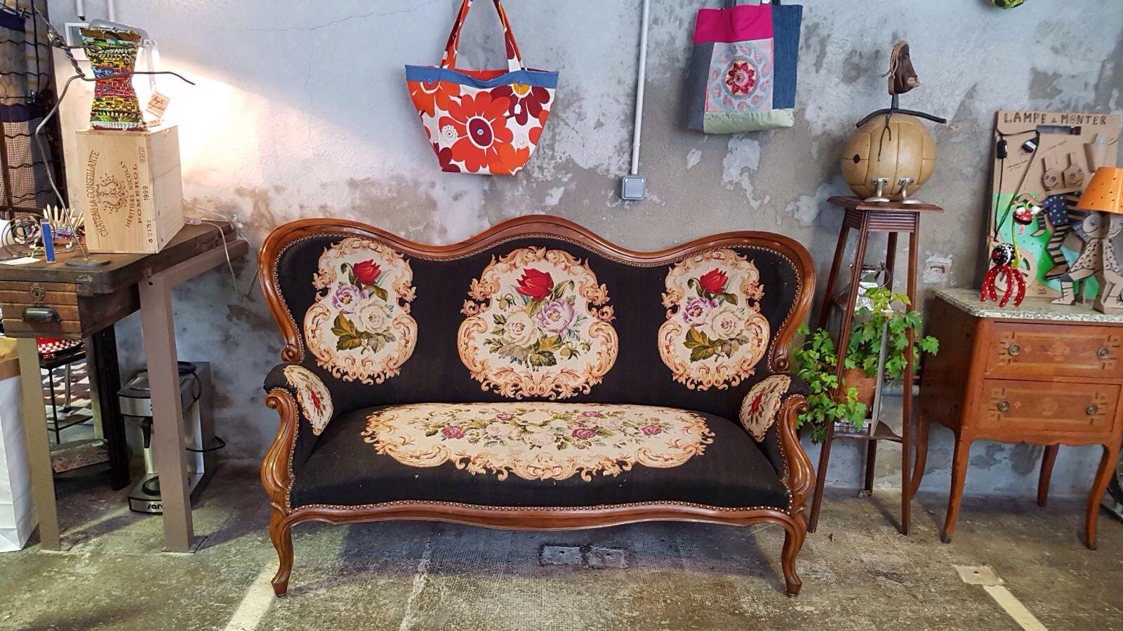 Divano piccolo punto tema fiori neoretr - Un piccolo divano imbottito ...