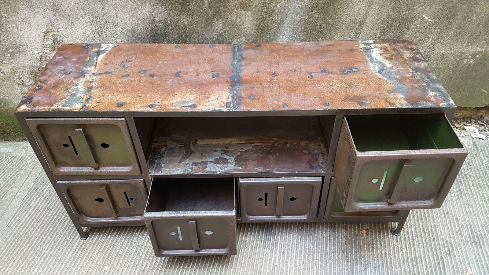 Mobile contenitore con vecchie urne elettorali neoretr - Mobile basso vintage ...