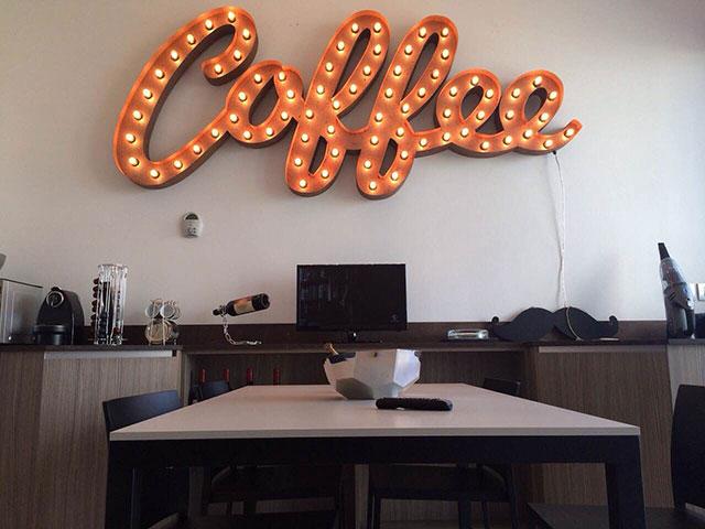 IMG_Scritta-luminosa-'Coffee';-cucina-di-un-cliente