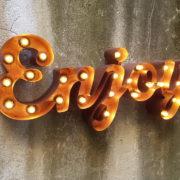 Insegna luminosa 'Enjoy'