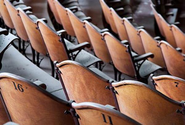 Sedie Da Cinema In Legno.Poltrone E Poltroncine Da Cinema E Teatro Mania Neoretro