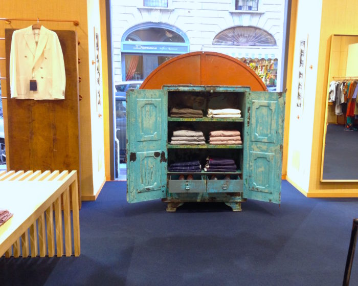 Armadio coloniale per scenografia negozio, allestimento, noleggio