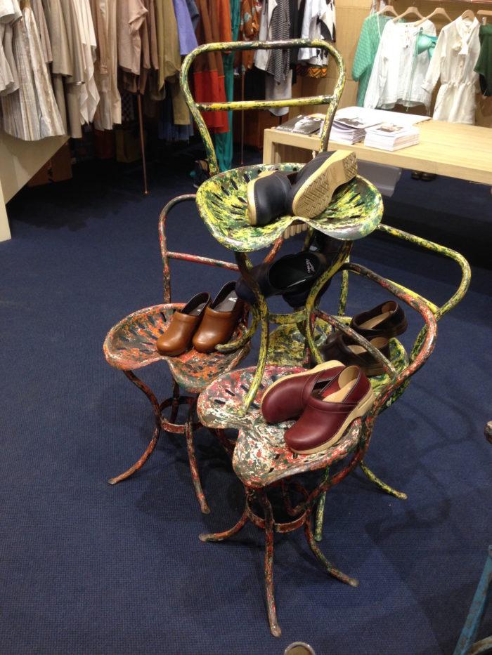 Allestimento negozio, store styling, noleggio con sedie di design