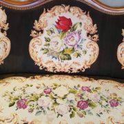 Divano piccolo punto tema fiori, divanetto vintage