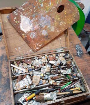 Tavolozza da pittore con colori in tubetto
