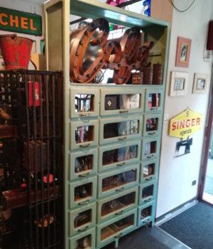 Vecchia Pastaia in legno, cassettiera in legno, vetrina, cassetti a vista