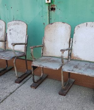 Fila di sedie da cinema in ferro, vintage cinema seats