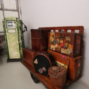 Carrello legno e valigie in pelle