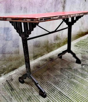 Tavolo rosso da bistrot